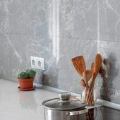 Renueva tu cocina con cerámica Tanaro. Los tonos grises en el ambiente hacen que los muebles luzcan más llamativos.  Encuéntrala en rialto.ec o en nuestros distribuidores autorizados.   #Rialto #CerámicasRialto #Ecuador #decoración #homedesign #interiordesign #diseñodeinteriores